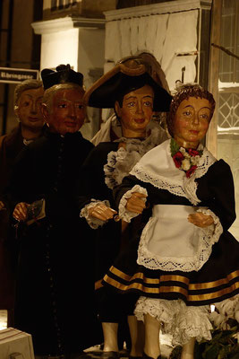 ... auf dem Weg zum Silvesterfeuerwerk: Pfarrer Gottfried Kirsch und das Tanzpaar der  Hellige Knäächte un Mägde (Milieukrippe in Sankt Maria in Lyskirchen, Foto © lyskirchen)
