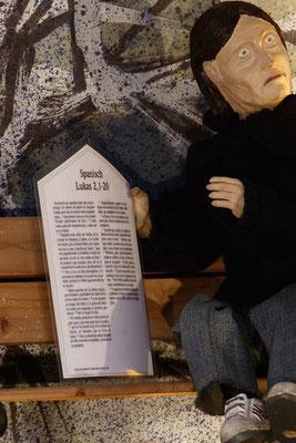 """""""Der Alltag macht's Jahr"""" ... Der Junkie mit der Weihnachtsgeschichte auf spanische, eine Flüchtlingssprache, die die Menschen von den Kolonialherren übernommen haben ...  (Milieukrippe in Sankt Maria in Lyskirchen, Foto © lyskirchen)"""