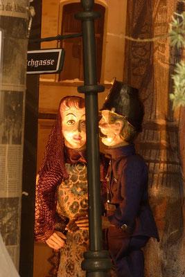 """... das Mädchen aus dem Rotlichtmilieu, die """"Liebe"""" verkauft im Dialog mit dem Polizisten ... (Milieukrippe in Sankt Maria in Lyskirchen, Foto © lyskirchen)"""