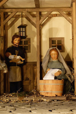 """""""Der Alltag macht's Jahr"""" ... Die Mutter wäscht die Windeln ...  (Milieukrippe in Sankt Maria in Lyskirchen, Foto © lyskirchen)"""