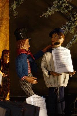 """""""Der Alltag macht's Jahr"""" ... Der Freund trägt das Weihnachtsevangelium in Tiginya, eine Sprache der Flüchtlinge ... (Milieukrippe in Sankt Maria in Lyskirchen, Foto © lyskirchen)"""