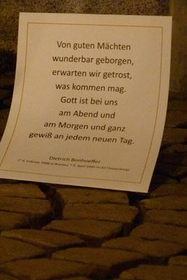... mit einem Wort von Bonhoeffer durch die Silvesternacht 2015 (Milieukrippe in Sankt Maria in Lyskirchen, Foto © lyskirchen)