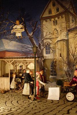 Marlene Färber, das Jeckebändche und Frau Tiefenbach lesen das Wort von Bonhoeffer ... (Milieukrippe in Sankt Maria in Lyskirchen, Foto © lyskirchen)