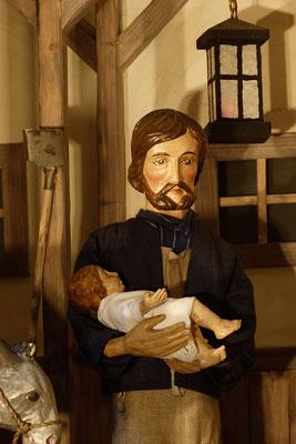 """""""Der Alltag macht's Jahr"""" ... Der Vater trägt das Kind  ... (Milieukrippe in Sankt Maria in Lyskirchen, Foto © lyskirchen)"""