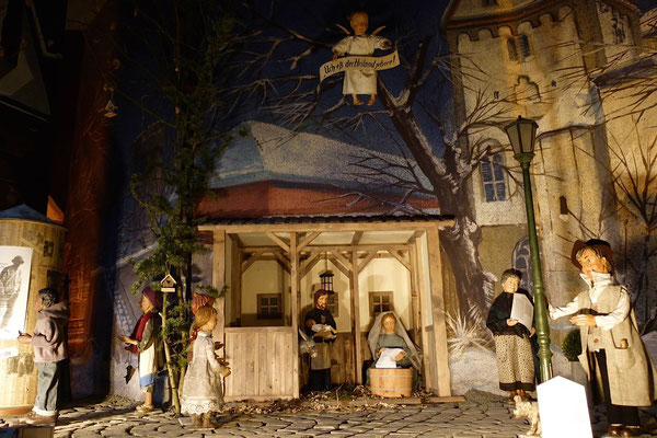 """""""Der Alltag macht's Jahr"""" ... Die Nachbarkinder kommen dazu ...  (Milieukrippe in Sankt Maria in Lyskirchen, Foto © lyskirchen)"""