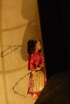 dass sie in ihrem Heimatland diskriminiert und ausgegrenzt wird …  (Milieukrippe in Sankt Maria in Lyskirchen, Foto © lyskirchen)