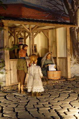 """""""Der Alltag macht's Jahr"""" ... Die Waisenkinder aus der Holzgasse schauen Maria zu ... (Milieukrippe in Sankt Maria in Lyskirchen, Foto © lyskirchen)"""