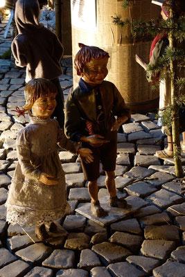 Er wollte sich eintragen lassen mit Maria, seiner Verlobten, die ein Kind erwartete. Als sie dort waren, kam für Maria die Zeit ihrer Niederkunft,  (Milieukrippe in Sankt Maria in Lyskirchen, Foto © lyskirchen)