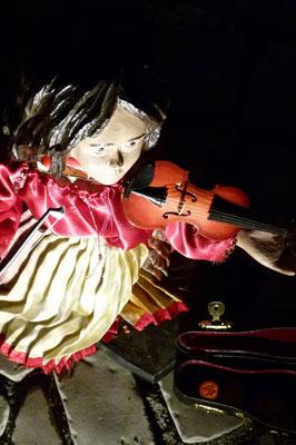 Crina, das Roma Mädchen spielt gegen das VERGESSEN: Porajmos der Massenmord der Nazis an den Sinti und Roma (Krippe Sankt Maria Lyskirchen, Autor Benjamin Marx)