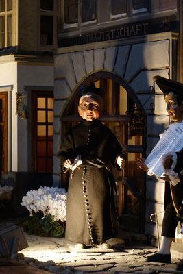 """""""Der Alltag macht's Jahr"""" ... Pfarrer Kirsch begegnet einem """"Helligen Knäächt"""" ...  (Milieukrippe in Sankt Maria in Lyskirchen, Foto © lyskirchen)"""