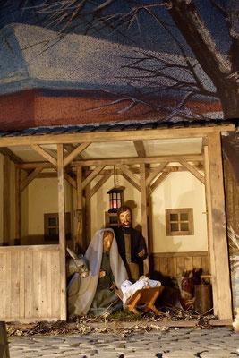 Da ging jeder in seine Stadt, um sich eintragen zu lassen. So zog auch Josef von der Stadt Nazaret in Galiläa hinauf nach Judäa in die Stadt Davids, die Betlehem heißt; denn er war aus dem Haus und Geschlecht Davids. (Milieukrippe in Sankt Maria in Lyski