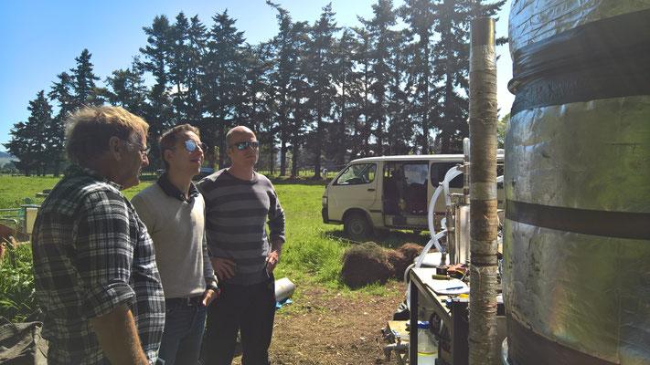 Paul, Adrien et Mirko discutent à propos de la distillerie
