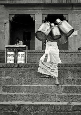 die Jahrhunderte alte Tradition der Bevölkerung den Müll einfach auf die Strasse zu werfen – ist schwierig aus dem Gedankengut zu bringen.