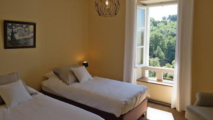 Belle chambre avec des lits à sommier tapissier