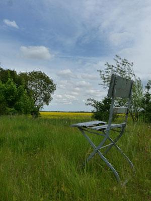 Der Lernstuhl. Abseits gelegen, ein Ort der Ruhe mit Blick auf die Felder.