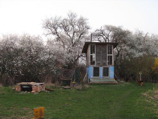 Eines unserer zwei Kompostklos. Mit schöner Aussicht über die Weiten Vorpommerns.