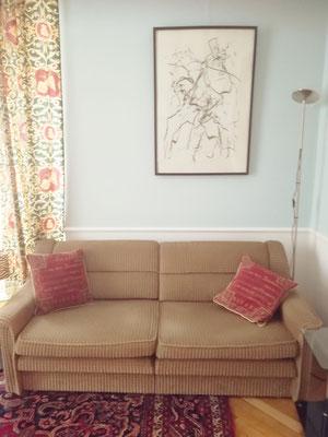 Sofa, Stoff, beige mit roten Pölstern