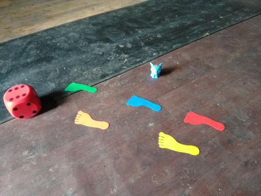 Formes de pieds en vinyle qui mènent à un dé géant
