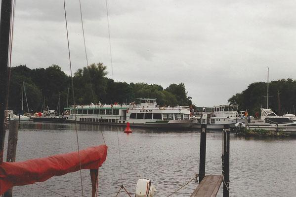 """Hafenkino am 14 Juni 2000 - Die """"Lichtenberg"""" ist in den Hafen von Hoth gefahren auf Grund eines Ruderschadens........"""