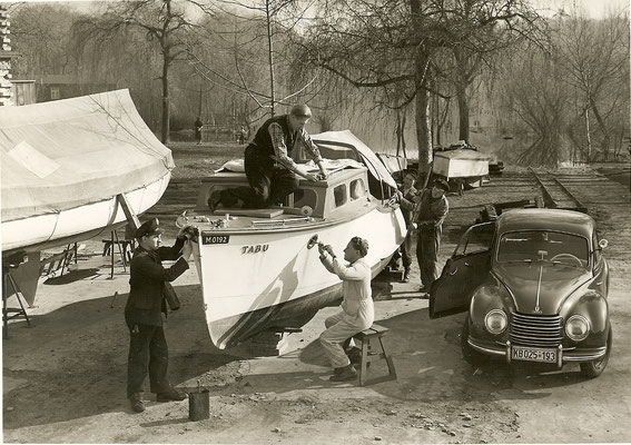 Günter Angermann bei Reparaturarbeiten 1954