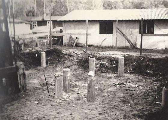 1968 - Die Pfähle auf denen das Haus später steht sind gerammt