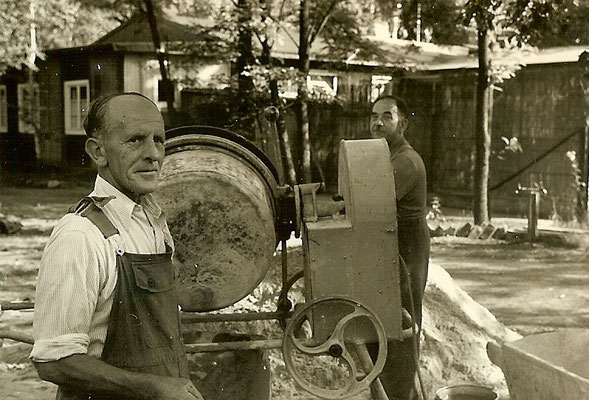 Ein Mitarbeiter beim betonieren