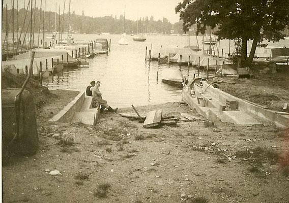 Unsere Mitarbeiter Richard und Hans Wolf errichten die Uferbefestigung an der Scharfen Lanke 1966