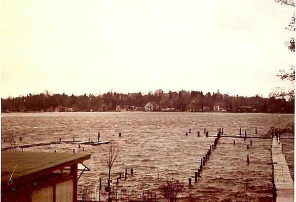 Bei Windstärke 12 sind auch an der Scharfen Lanke ordentliche Wellen 1967