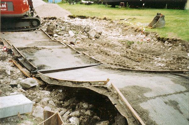 Sommer 2004 - Die alten Metallplatten und Schienen werden entfernt