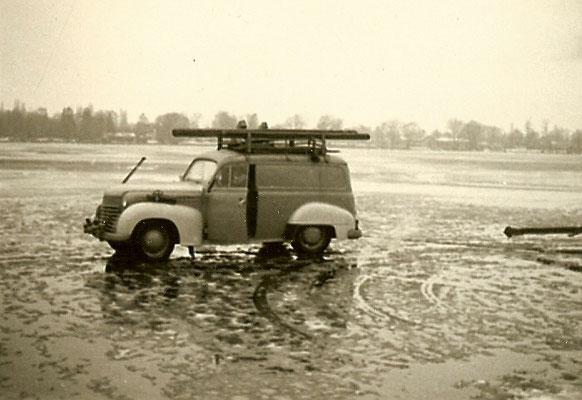 Mit dem Auto auf der zugefrorenen Scharfen Lanke 1964