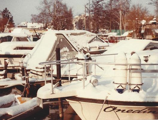 Schnee bedeckt die Boote im Januar 1985