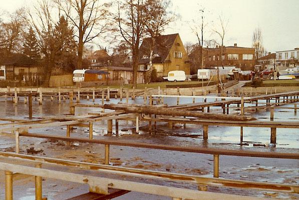 24. Januar 1971 - Die Steganlage ist bis auf den Belag fertig