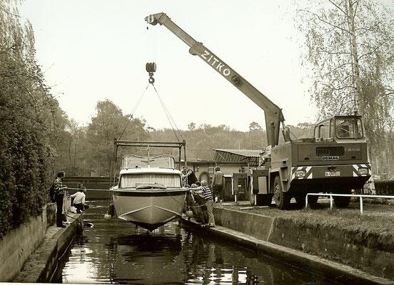 Ein neues Boot wird gekrant im Mai 1973