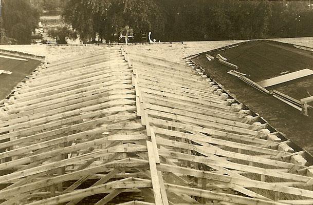 Aufbau des Dachs von Halle 3 - 1954