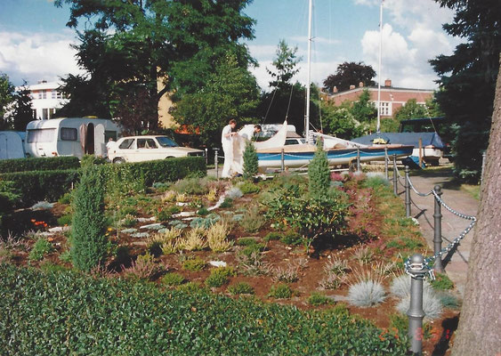 Blick auf den Parkplatz und den Garten an der Scharfen Lanke 1993