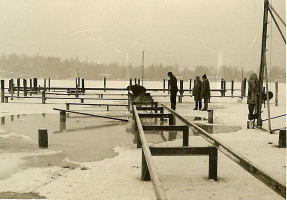 Die Steganlage an der Scharfen Lanke wird auf Eisen umgebaut im Dezember 1968