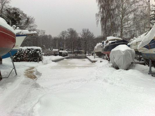 Winterwunderland bei Bootsstände Angermann Ende 2010
