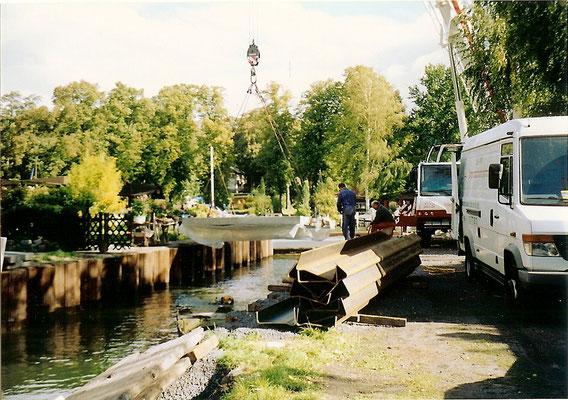 Sommer 2004 - Die Platten werden mit Hilfe von Tauchern eingesetzt