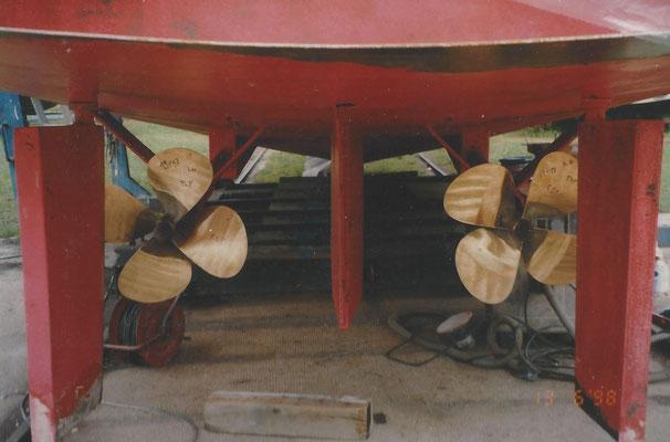 Ein Boot bekommt neue Propeller im Juni 1998