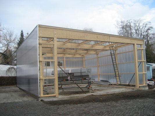 November 2007 - Die transluzente Fassade aus Polycarbonatplatten wird aufgebaut