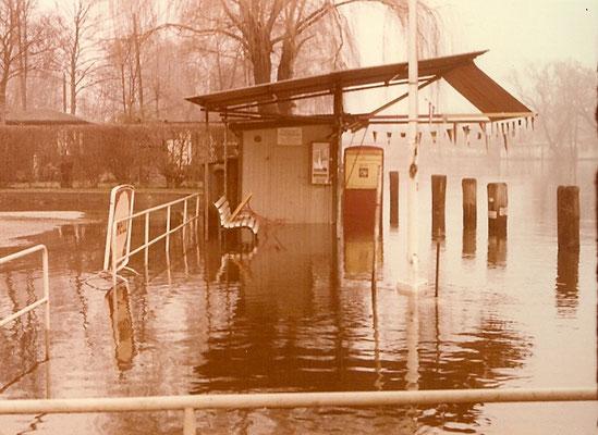 Die Tankstelle bei Hochwasser am 22. Dezember 1974