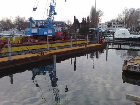 Neue Festmacherpfähle für die Erweiterung des Hafens am Pichelssee