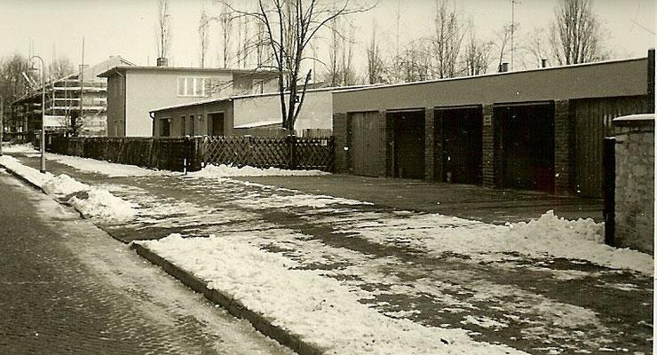 Strassenseite des Grundstücks mit neuen Garagen 1965