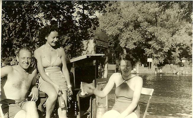 Ingeborg & Günter Angermann an der Tankstelle