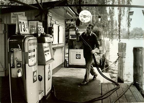 Mitarbeiter Richard Lauer an unserer Tankstelle im Mai 1973