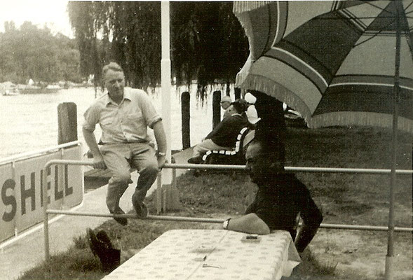 Günter Angermann und Siegfried warten auf Kunden an der Tankstelle 1965