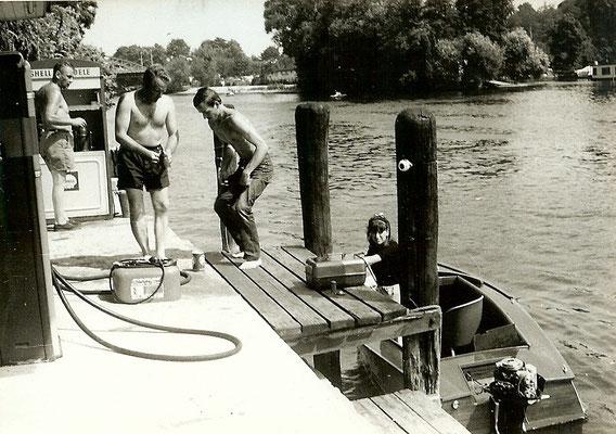 Buntes Treiben an der Shell Tankstelle 1963