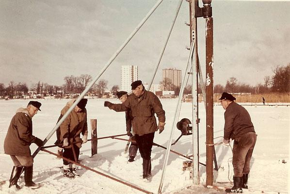 Rammarbeiten auf dem Eis an der Scharfen Lanke 1968