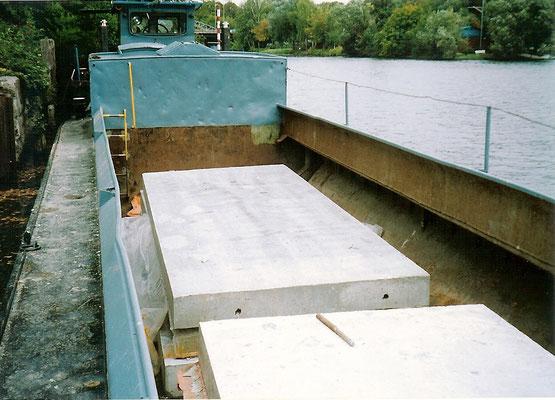 Sommer 2004 - Neue Stahlbetonplatten werden per Schiff geliefert