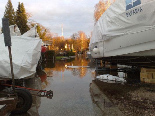 16.01.2011 - Blick auf die große Sliprampe. Das Hochwasser kommt bis auf 30cm an den historischen Höchststand von 1975 heran!